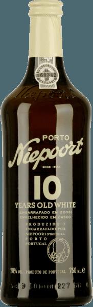 Le Porto Blanc de 10 ans de Niepoort est vinifié à partir d'Arinto, Códega, Gouveio, Rabigato, Viosinho et d'autres cépages blancs portugais. Dans le verre, ce port brille d'un or éclatant aux reflets étincelants. Le bouquet expressif révèle des notes de fruits secs - surtout la figue séchée vient au premier plan - ainsi que des écorces d'orange. Elle s'accompagne d'arômes de noix grillées et d'amandes caramélisées. Les nuances florales complètent le spectre complexe des arômes. La bouche est flattée par la personnalité fine et équilibrée. L'acidité vive s'harmonise parfaitement avec la douceur équilibrée. Vinification de NiepoortWhite 10 Ans Old Port Les différents raisins de ce vin de porto sont soigneusement cueillis à la main et amenés à la cave à vin de Niepoort. Là, les raisins restent longtemps sur la purée et sont pressés avec leurs pieds selon des méthodes traditionnelles. Avec l'ajout de brandy, ce port blanc est stocké dans un grand fourrage en bois pour un total d'un an. La maturation a lieu après 7 à 15 ans d'entreposage en fûts de chêne traditionnels. Recommandations alimentaires pour le PortNiepoortBlanc 10 Ans Profitez de ce vin de porto semi-sec avec toutes sortes de desserts, bien frais à l'apéritif ou en solo.