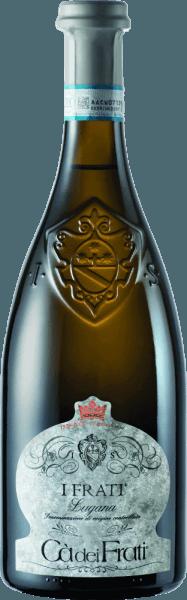 Le I Frati Lugana de Cà dei Frati est la fierté de la cave et est vinifié à partir du cépage local Turbiana (Trebbiano). Dans le verre, ce vin brille dans un jaune paille clair avec des reflets dorés. Le bouquet est merveilleusement multiforme - à un jeune âge, le nez est gâté par de fines notes de fleurs blanches, d'abricots juteux et d'amandes. Quand on donne du temps à ce vin blanc italien, on y ajoute des nuances minérales et épicées et des arômes caramélisés. En bouche, ce vin est merveilleusement corsé avec une acidité vitale et exubérante. L'essence épicée s'intègre parfaitement dans le corps droit, minéral et élégant. Ce vin blanc impressionne par sa finesse, sa personnalité complexe et sa variété expressive d'arômes. Vinification du Cà dei FratiLugana Une fois les raisins récoltés avec soin, ils sont immédiatement emmenés à la caveCà dei Frati. Le moût est fermenté dans une cuve en acier inoxydable et laissé sur la levure fine pendant au moins 6 mois (vieillissement sur Lie). Enfin, ce vin mûrit encore 2 mois sur la bouteille. Recommandation alimentaire pour la LuganaCà dei Frati Savourez ce vin blanc sec italien avec des apéritifs tièdes ou avec du poisson grillé avec des pommes de terre persillées. Prix I Frati Lugana Falstaff: 92 points pour 2017 Mundus Vini: le meilleur vin blanc d'Italie pour 2017 Vinum: 17/20 points pour 2017 Wine Enthusiast: 91 points pour 2015