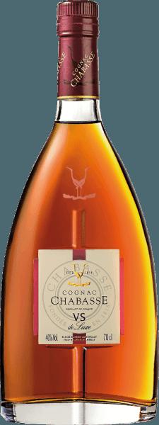 DerCognac VS de Luxe von Cognac Chabasse ist ein weicher, harmonischer Weinbrand aus den Rebsorten Ugni Blanc (80%), Colombard (15%) und Folle Blanche (5%). Im Glas glänzt dieser Cognac in einem hellen Bernstein mit goldenen Reflexen. Das verführerische Bouquet offenbart wundervolle Aromen nach Vanille, Nüssen und feinen Gewürzen. Dazu gesellen sich noch die cognac-typischen blumigen Noten. Am Gaumen ist dieser französische Weinbrand herrlich weich und harmonisch mit präsenter Kraft und lebendiger Persönlichkeit. Im langen Finale kommen die blumig-würzigen Noten nochmals zur Geltung. Vinifikation desChabasse Cognac VS de Luxe Die Trauben für diesen Cognac werden bereits sehr früh gelesen und zu einem stark säurehaltigen Weißwein vergoren. Die Säure schützt vor Oxidation, da Cognac nicht geschwefelt wird. Dieser Grundwein wird nun im Kupferbrennkessel zweimal nach dem traditionellen charentaiser Brennverfahren destilliert. Für die Reife werden Holzfässer aus Limousin-Eiche gewählt. Darin reift dieser Cognac für mindestens 2 Jahre. Servierempfehlung für denVS de Luxe Cognac Chabasse Dieser Weinbrand aus Frankreich passt sehr gut zu einer gemütlichen Kaffeerunde, als Digestif, oder auch zu einem Kaminabend mit leichter Zigarre.