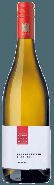 De Silvaner Buntsandstein van Bickel-Stumpf streelt de neus met een opwindend samenspel van aroma's van specerijen, rijp perenfruit en een vleugje abrikoos. In de mond begint deze Silvaner met een minerale aanzet, gevolgd door sappige peren en nuances van tropisch fruit. Deze evenwichtige en elegante witte wijn glijdt in zijn fijne afdronk met hints van zout. Spijsadvies voor de Bickel-Stumpf Silvaner Buntsandstein Geniet van deze droge witte wijn bij asperges of bij met kruiden gebraden vis en gevogelte.
