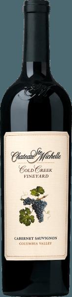 DerCold Creek Cabernet Sauvignon von Chateau Ste. Michelle ist ein wundervoller, rebsortenreiner Rotwein aus dem Weinanbaugebiet Columbia Valley im Washington State. Ein tiefes, sehr dichtes Purpurrot mit violetten Glanzlichtern präsentiert sich bei diesem Wein im Glas. Das vielschichtige, fruchtige Bouquet ist gezeichnet von feinen Aromen nach reifen Brombeeren, schwarzen Johannisbeeren, Cassis und Schwarzkirschen. Dazu gesellt sich viel Würze - auch mineralische Nuancen - dezente Holznoten und etwas Lakritz. Mit saftigen, weichen und doch kraftvollen Körper weiß dieser amerikanische Rotwein den Gaumen zu überzeugen. Die hervorragende Struktur wird von spürbaren, sanft gereiften Tanninen gestützt. Die präsente dunkle Frucht begleitet bis in den langen Nachhall mit feiner Fruchtsüße. Vinifikation des Ste. Michelle Cabernet Sauvignon Cold Creek Von 35 Jahre alten Reben, die auf dem Cold Creek Weinberg gedeihen, stammen die Trauben für diesen Rotwein. Bei optimaler Reife werden die Beeren gelesen und umgehend in die Weinkellerei gebracht. Dort wird das Lesegut zunächst vollständig entrappt und anschließend vergoren. Die Maische wird in den Edelstahltanks täglich umgepumpt. Nach abgeschlossenem Gärprozess werden 82% dieses Weins in Fässern aus amerikanischer (ein Drittel) und französischer Eiche (zwei Drittel) ausgebaut. Die restlichen 18% ruhen in den Edelstahltanks. Speiseempfehlung für den Cold Creek Cabernet Ste Michelle Genießen Sie diesen trockenen Rotwein aus den USA zu geschmorter Lammkeule im Kräutermantel, asiatisch zubereitetes Schweinefleisch, Pasta-Gerichten in kräftigen Saucen oder auch zu würzigen Käsesorten. Wir empfehlen Ihnen diesen Wein vor Genuss mindestens eine Stunde zu dekantieren. Auszeichnungen für den Cabernet Sauvignon Cold Creek Ste. Michelle Robert M. Parker - The Wine Advocate: 92 Punkte für 2013