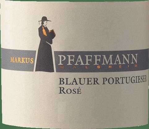 De Blauer Portugieser Rosé van Markus Pfaffmann uit de Pfalz biedt een briljante, krachtige rosérode kleur in het wijnglas. In het glas biedt deze roséwijn van Markus Pfaffmann aroma's van morellen, pruimen, pruimen en zwarte kersen, aangevuld met andere fruitige nuances. De Blauer Portugieser Rosé kan worden omschreven als bijzonder fruitig en fluweelzacht, omdat hij werd gevinifieerd met een heerlijk zoet smaakprofiel. Lichtvoetig en veelgelaagd, presenteert deze knisperende rosé zich in de mond. Dankzij de aanwezige fruitzuren toont de Blauer Portugieser Rosé zich indrukwekkend fris en levendig in de mond. De finale van deze rosé wijn uit de wijnstreek Pfalz inspireert eindelijk met een goede nagalm. Vinificatie van de Blauer Portugieser Rosé van Markus Pfaffmann De elegante Blauer Portugieser Rosé uit Duitsland is een single-varietal wijn gemaakt van de druivensoort Blauer Portugieser. Na de handoogst komen de druiven zo snel mogelijk naar de perserij. Hier worden ze geselecteerd en zorgvuldig uit elkaar gehaald. De gisting volgt in roestvrijstalen tanks bij gecontroleerde temperaturen. De gisting wordt gevolgd door enkele maanden rijping op de fijne droesem voordat de wijn uiteindelijk wordt gebotteld. Aanbeveling voor Markus Pfaffmann Blauer Portugieser Rosé Deze Duitse wijn wordt het best goed gekoeld gedronken bij 8 - 10°C. Het is perfect als begeleider van Jamaicaanse kippenbouten met ananassalade, uientaart met tijm of kokos-limoen viscurry.
