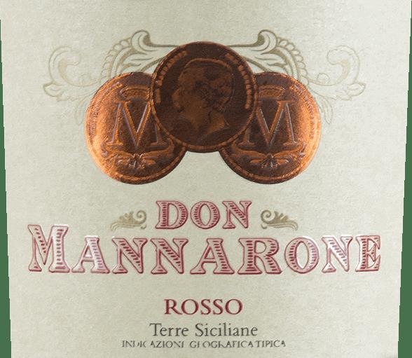 De Don Mannarone Terre Siciliane van Mánnara verschijnt in een sterk donkerrood glas. In de neus zijn volfruitige aroma 's van rijpe, rode besvruchten direct merkbaar. Het gehemelte is vol barokke weelde. Hier worden de aroma 's van besvruchten (vooral cassis, pruimen, sappige bramen en zure kersen) aangetroffen en aangevuld met de geur van mediterrane kruiden (tijm) en warme specerijen (vanille, peper). De tannine is delicaat en zeer fijn, het zuur is uitstekend geïntegreerd. De nagalm is extreem lang en je kunt zien dat Don Mannarone het vlaggenschip van de wijnmakerij is. Ook hier komen het volle bessenfruit en de warme kruiden op de voorgrond. Vinificatie van Don Mannarone Rosso Mánnara Mánnara 's Don Mannarone IGT Terre Siciliane is een cuvée gemaakt van Nero d' Avola, Merlot en Syrah. De druiven groeien in het westelijke deel van Sicilië onder de beste omstandigheden. De bodem bestaat grotendeels uit silicaatrijke klei. Na de zachte oogst worden de druiven naar de wijnmakerij gebracht, daar gemengd en apart gerijpt in roestvrij staal en in barriquevaten. Na rijping wordt de wijn cuvéed. Don Mannarone is vernoemd naar de oprichter van de wijnmakerij en lijkt qua stijl op de Noord-Italiaanse Amarone vanwege de overvloed aan aroma 's en de subtiele, maar goed geïntegreerde restsuiker. Aanbeveling voor de Rosso Don Mannarone De Don Mannarone Rosso uit Mánnara is de ideale aanvulling op gerechten met donker vlees, hartige sauzen en diverse wintergroenten bij 16-18°C. Maar het is ook een uitstekende meditatiewijn op zich, die een gezellige avond kan begeleiden.