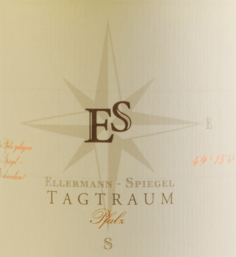 De Cuvée Tagtraum van Ellermann-Spiegel wordt gevinifieerd door Frank Spiegel van Auxerrois en Pinot Blanc en komt in het glas met lichtcitrusgeel. De neus van deze goed gedroogde, glorieuze Palatinate witte wijn wordt bepaald door rijpe peer en allerlei tropische vruchten zoals lychee, mango en mandarijn. In de mond is Ellermann-Spiegels dagdroom heerlijk smakelijk, sappig en fruitig. De exotische fruitaroma 's, het smelten en de innerlijke dichtheid van deze wijn nodigen je uit om te dromen. Het halfdroge smaakprofiel zorgt voor een ongelooflijke drinkstroom. De balans tussen zoetheid en frisse zuurgraad is perfect. Vinificatie van de Daydream witte wijn door Ellermann-Spiegel De dagdroom van Ellermann-Spiegel wordt uitsluitend gevinifieerd in de roestvrijstalen tank en boeit me daarom absoluut onvervalst fruitaroma. Auxerrois zorgt voor expressie en fruit, terwijl de Pinot Blanc het wijnlichaam geeft zonder het er te vet uit te laten zien. Voedingsaanbeveling voor de witte wijncuvée dagdroom van Ellermann-Spiegel Geniet van Frank Spiegels dagdroom met Aziatische gerechten, of het nu Vietnamees of Thais is.