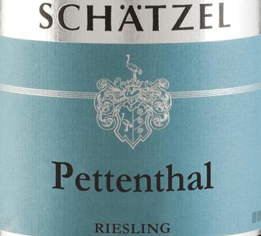 De Riesling Nierstein Pettenthal Großes Gewächs van Weingut Schätzel in Rheinhessen onthult een briljante, lichtgele kleur in het glas. Deze wijn vertoont ook goudgele reflecties in het centrum. Als je hem wat lucht geeft door te zwenken, wordt deze witte wijn gekenmerkt door een fascinerende lichtheid die hem in het glas peppy laat dansen. Het bouquet van deze witte wijn uit Rheinhessen is boeiend met tonen van moerbei, zwarte bes, bosbes en braam.Het is juist het fruitige karakter dat deze wijn zo bijzonder maakt. Deze Duitse wijn bekoort door zijn elegant droge smaak. Het werd gebracht met slechts 4 gram restsuiker op de fles. Hier gaat het om een echte kwaliteitswijn, die zich duidelijk onderscheidt van eenvoudiger kwaliteiten en zo betovert deze Duitse wijn op natuurlijke wijze met het fijnste evenwicht met alle droogheid. Voor aroma is niet per se veel restsuiker nodig. Lichtvoetig en complex, presenteert deze dichte witte wijn zich in de mond. Dankzij de levendige fruitzuren is de Riesling Nierstein Pettenthal Großes Gewächs indrukwekkend fris en levendig in de mond. In de afdronk inspireert deze witte wijn uit het wijnbouwgebied Rheinhessen uiteindelijk met een aanzienlijke lengte. Opnieuw verschijnen hints van zwarte bes en bosbes. Vinificatie van de Riesling Nierstein Pettenthal Großes Gewächs van Landgoed Schätzel Deze elegante witte wijn uit Duitsland is gemaakt van het druivenras Riesling. Riesling Nierstein Pettenthal Großes Gewächs is door en door een Oude Wereld wijn, want deze Duitse wijn ademt een buitengewone Europese charme die het succes van Oude Wereld wijnen duidelijk onderstreept. Het feit dat de Rieslingdruiven gedijen onder invloed van een tamelijk koel klimaat heeft ook een aanzienlijke invloed op de rijping van de druiven. Dit resulteert onder andere in bijzonder lange en gelijkmatige druiven en een tamelijk gematigd alcoholgehalte in de wijn. Na de druivenoogst worden de druiven onmiddellijk naar de perserij gebracht. Hier worden ze gese