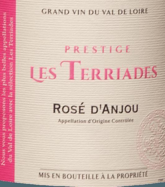 De Rosé d 'Anjou Les Terriades AOC uit Les Caves de la Loire is een fruitige roséwijn uit Frankrijk van de druivenrassen Groslot en Gamay. In het glas glinstert het subtiel roze met violette reflecties. Op de neus presenteert deze rosé een boeket met aroma 's van bessen, frambozen, wilde aardbeien en kruisbessen, met lichte kruidige tonen op de achtergrond. In de mond fris en sappig met vol fruit en delicate zoetheid, elegant en evenwichtig. Aanbeveling voor het eten van Rosé d 'Anjou Les Terriades door Les Caves de la Loire Deze fruitige Fransman uit de Loire-vallei wordt aanbevolen als aperitief met lichte hapjes, desserts met fruit of exotische gerechten.