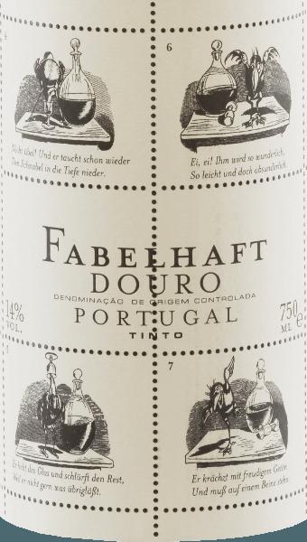 De bruisende robijnrode Niepoort Fabulous Douro Tinto toont paarse reflecties en glinstert met een gemiddelde dichtheid kleur in het glas. De levendige geurige neus van deze rode wijncuvée van Touriga Franca, Touriga Nacional, Tinta Roriz, Tinta Amarela en andere druivenrassen overtuigt met frisse, diepe en zeer intense aroma 's van wilde bessen, sappige bramen en wat pruim. Zoete specerijen en kruidig theeblad gaan harmonieus samen met het balsamico karakter van de fantastische Douro Tinto. In de mond onthult de Fabulous Tinto een elegante, volumineuze en jeugdig frisse smaak met een merkbaar mineraalprofiel. Een mooi, levendig fruitzuur en zachte tannines maken het gebalanceerde gehemeltegevoel compleet. Naast de inhoud is de buitenkant van de rode wijnfles ook opmerkelijk bij Fabulous Tinto. Dirk Niepoort koos voor een verhaal van Wilhelm Busch, momenteel dat van de raaf Hans Huckebein. Zijn leven eindigt slecht, niet in de laatste plaats door de consumptie van alcohol, en heeft het concept van de rampzalige inval tot op de dag van vandaag vormgegeven. Fabels als Pickebein zijn de reden waarom Niepoort deze wijnserie de naam Fabulous gaf - en ze smaken zo! Dirk Niepoort heeft met de Fabulous Tinto bewezen dat karaktervolle rode wijnen uit Portugal mogelijk zijn tegen een eerlijke prijs. Niet alleen dat, met zijn Wilhelm Busch label heeft hij ook visueel een wijn gecreëerd die direct herkenbaar is. Vinificatie van Fabulous Tinto De oogst begint begin september, waarbij de druiven voor Fabulous Douro wijnen voornamelijk geoogst worden met een focus op versheid, zuurgraad en fruit. Vooral overrijpe druiven moeten worden vermeden voor de fantastische Douro Tinto. Na selectie van het geoogste materiaal in de kelder werden de druiven gedesemd, gepureerd en gegist. Na gisting rijpte 15% van de wijn 12 maanden in Franse eikenhouten vaten (tweede gang). Voedseladvies voor de Fabulous Wine Tinto von Niepoort Geniet van deze Portugese rode wijn met pasta met pittige groente