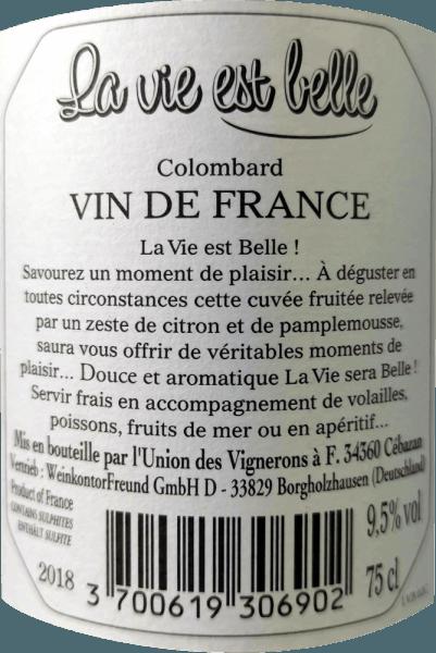 La vie est belle - het leven kan zo mooi zijn. Deze frisse, frisse witte wijn is zo licht en zorgeloos om van te genieten. La Vie est belle wijn betovert met zijn frisse en lichte smaak en laag alcoholgehalte, vooral in de zomer. Deze wijn brengt een ontspannen levensstijl over en zorgt ervoor dat u wilt picknicken in de felle zon. La vie est belle blanc presenteert zich in een licht strogeel in het glas en ontvouwt zijn frisse en intense boeket met de aroma 's van grapefruit, citrusschillen en witte bloemen. In de mond voel je de tonen van volledig rijpe limoenen en roze grapefruit. De verkwikkende zuurgraad is perfect in balans met de subtiele restzoetheid van deze wijn uit Frankrijk. Vinificatie van La vie est belle witte wijn Deze verse wijn gemaakt van 100% Colombard druiven werd gerijpt in een stalen tank. Aangezien de wijn niet volledig werd gefermenteerd en geselecteerde oogsten met een lagere Oechsle-graad werden gebruikt, maakt de La Vie Est Belle Blanc indruk met een alcoholgehalte van minder dan 10% vol en een fijne, discrete restzoetheid, waardoor het een heerlijke smelt krijgt. Voedingsaanbeveling voor La vie est belle blanc Het lage alcoholgehalte maakt deze Zuid-Franse wijn de ideale zomerwijn. Geniet van deze witte wijn met lichte zomerse gerechten, antipasti en salades.